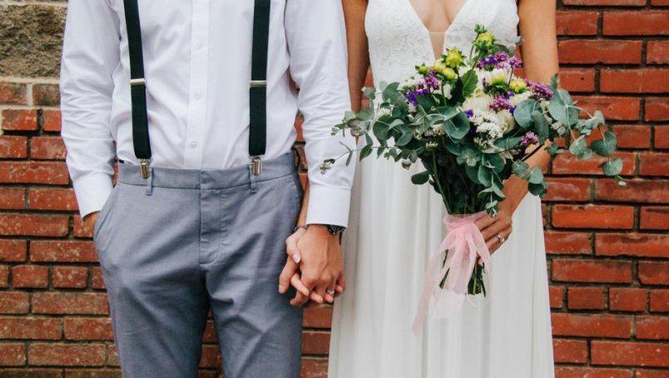 Sensual pareja paga 700 pesos por hora a quien vaya desnudo a su boda