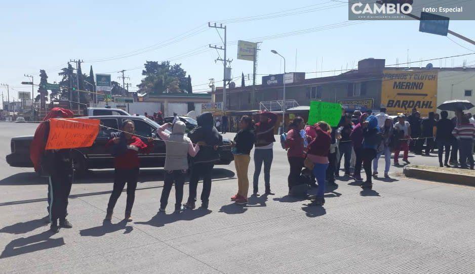 Bloquean la federal a Tehuacán por presunto fraude de director de escuela