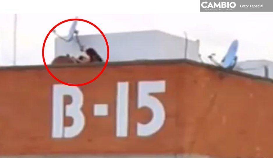 Pareja es sorprendida teniendo sexo en azotea de un edificio de Agua Santa (VIDEO)