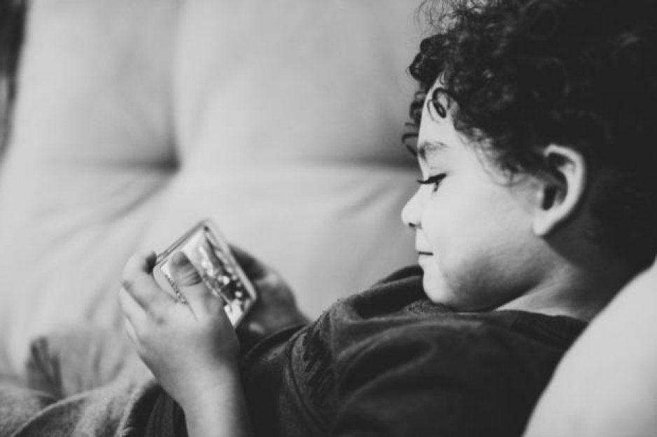 Darle un celular a un niño es como darle drogas o alcohol: Estudio
