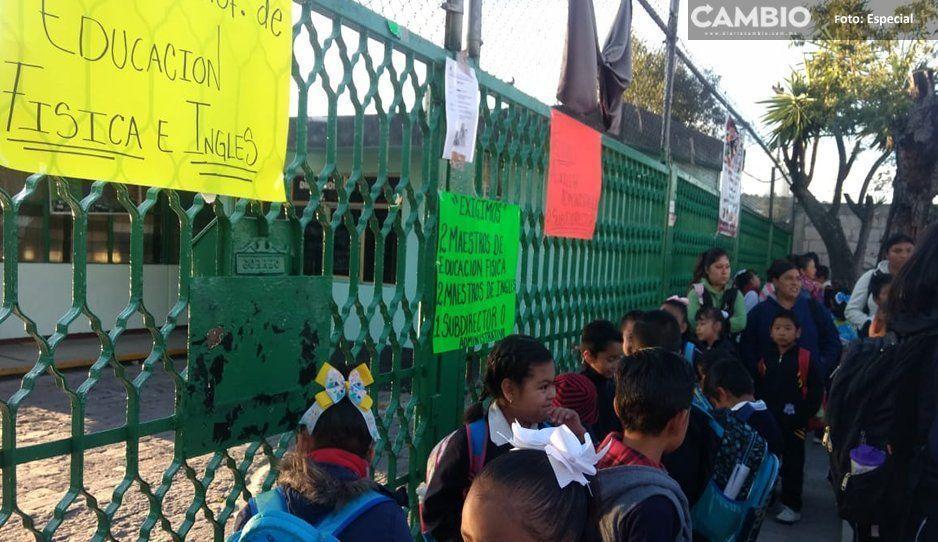 Padres de familia toman instalaciones de escuela en Amozoc, por falta de maestros