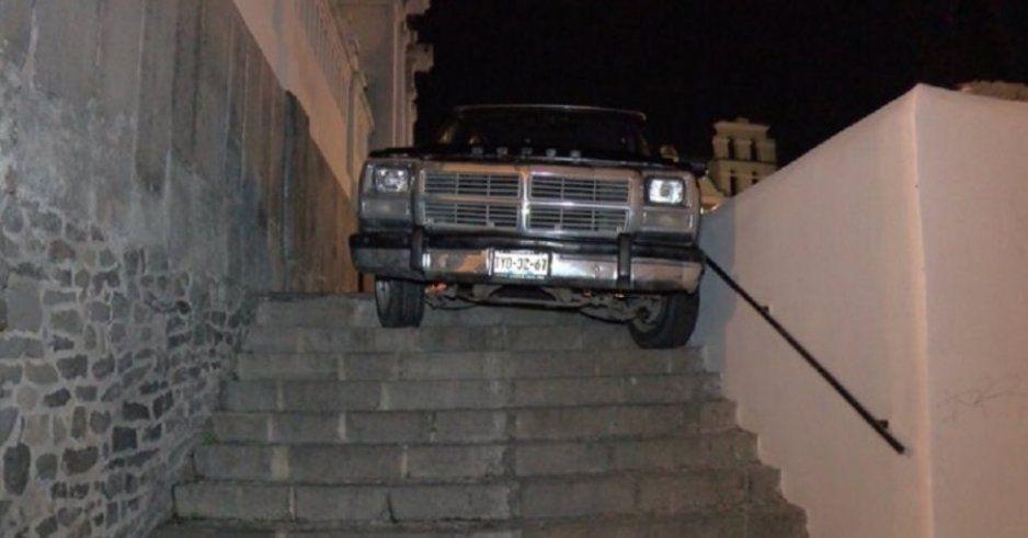 Conductor deja atorada su camioneta en escaleras del Alto y no iba borracho (FOTO)