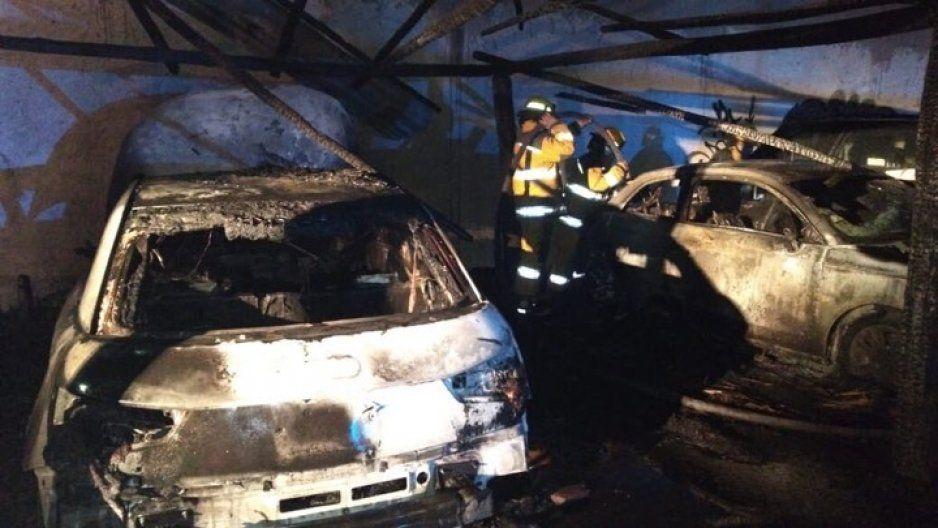 Arde estacionamiento del Tecate Comuna, cuatro autos quedaron calcinados (FOTOS y VIDEO)