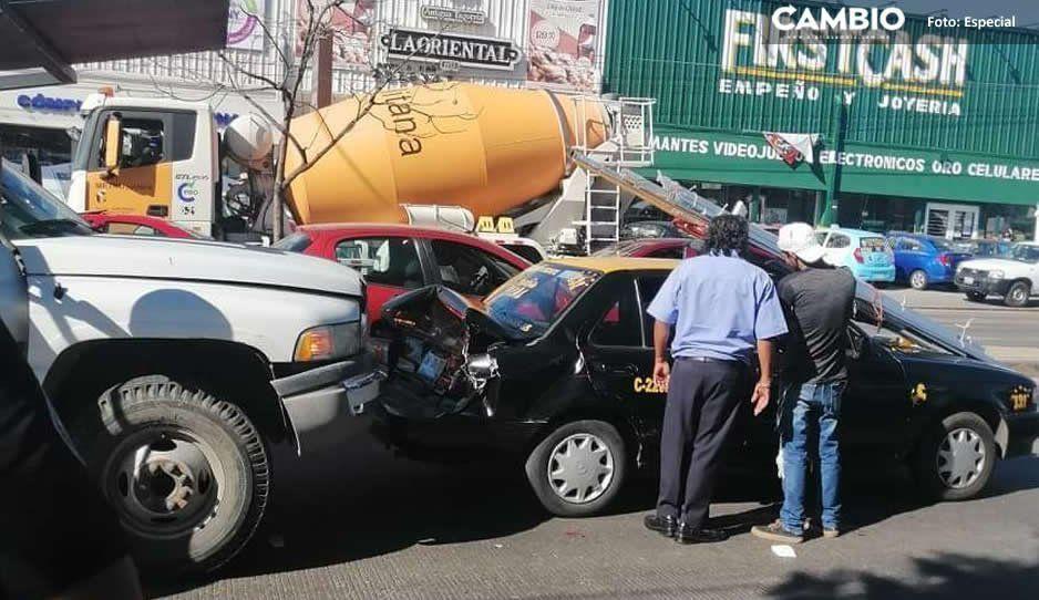 Chocan taxi y camión que transportaba material en Amozoc