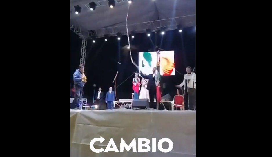 Abuchean a alcalde de Cuapiaxtla en ceremonia del Grito de Independencia