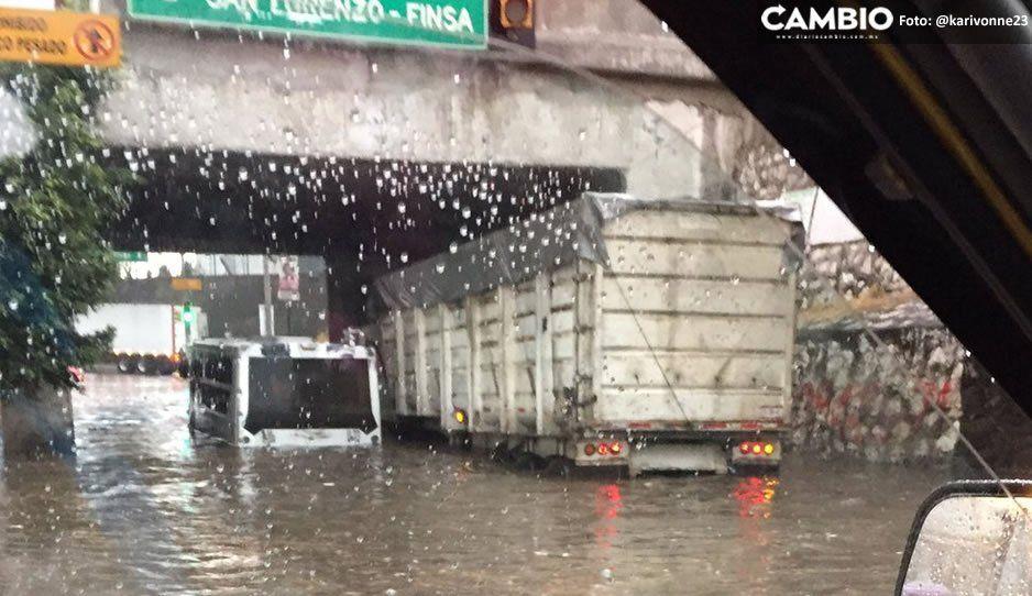 Torrencial lluvia deja microbús y automóviles atrapados debajo del puente de FINSA (FOTOS y VIDEO)