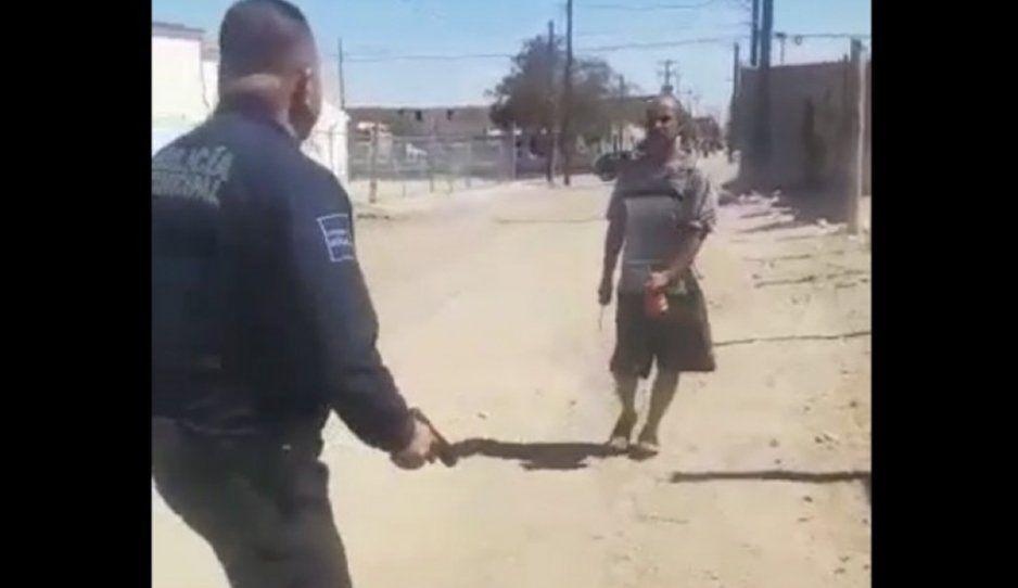 Violento criminal ataca con un cuchillo y policía no duda en ejecutarlo (VIDEO)