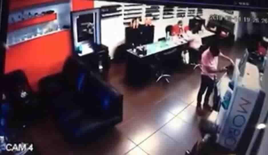 VIDEO: Asaltan al cliente de una barbería mientras le cortaban el cabello
