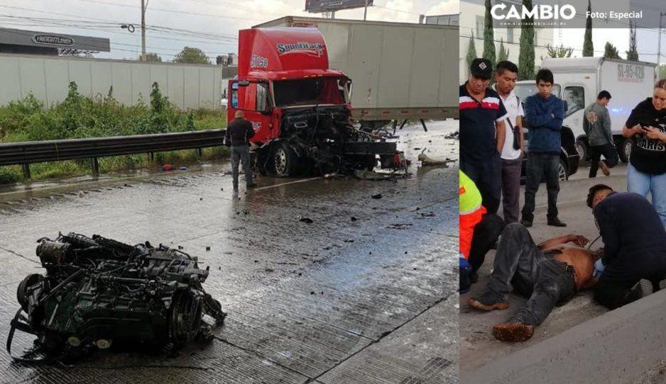 Brutal impacto en la México-Puebla deja a tráiler sin motor y dos choferes heridos (FOTOS)