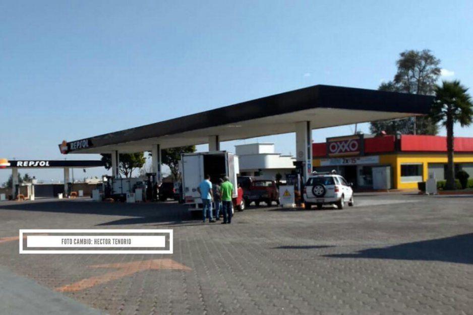 Se incendia motocicleta mientras la cargaban de gasolina en El Verde