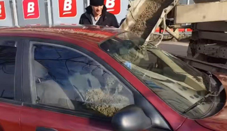 Despechado se venga de novia infiel y llena de concreto su carro (VIDEO)