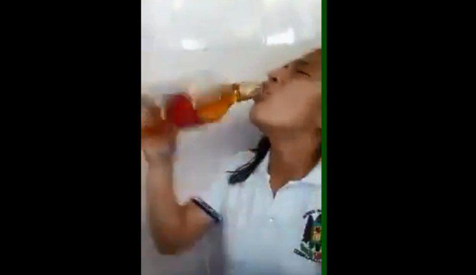 Niñas de secundaria anda con todo, así se bebieron un Red Label en clases (VIDEO)