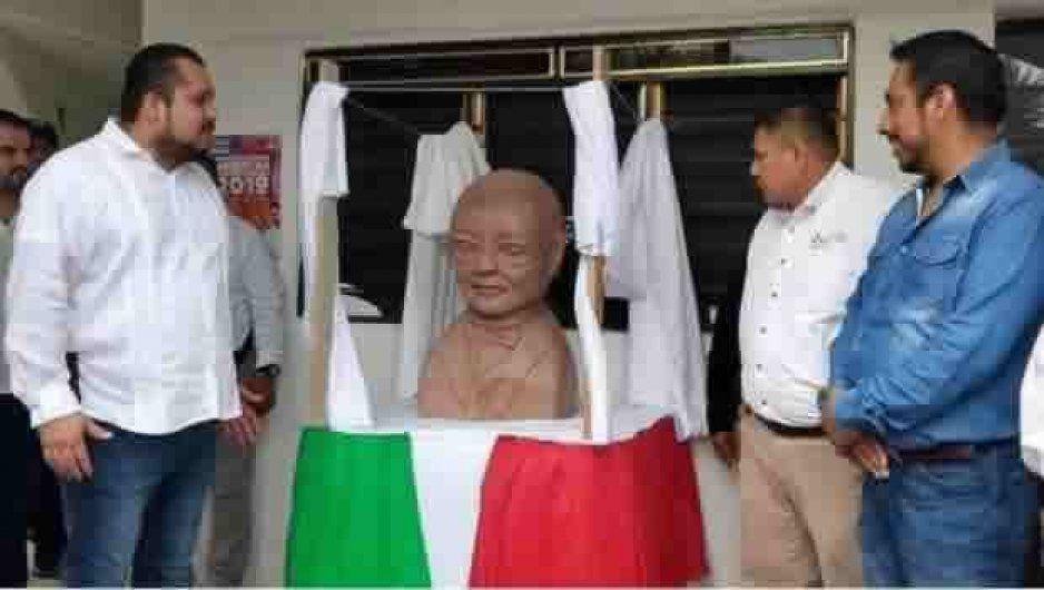 Inauguran polémico busto de Benito Juárez y se suelta la Memiza