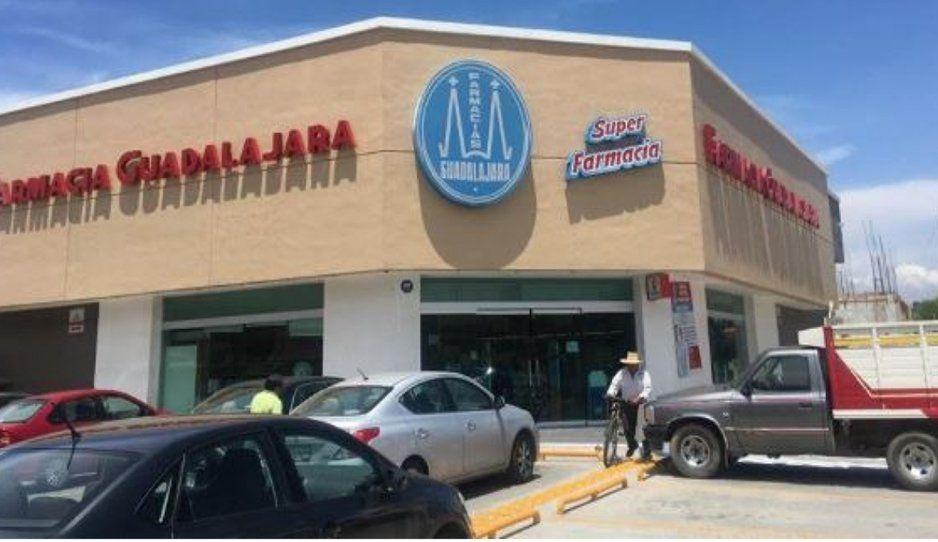 A punta de pistola asaltan farmacia Guadalajara cerca de Plaza Crystal