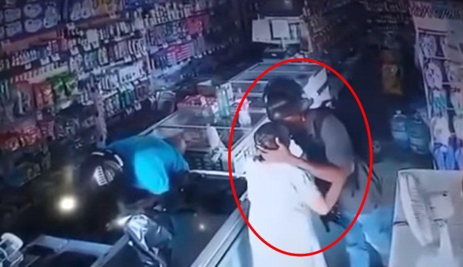 ¡Cinismo total! Ladrón consuela y besa en la frente a viejita después de atracarla