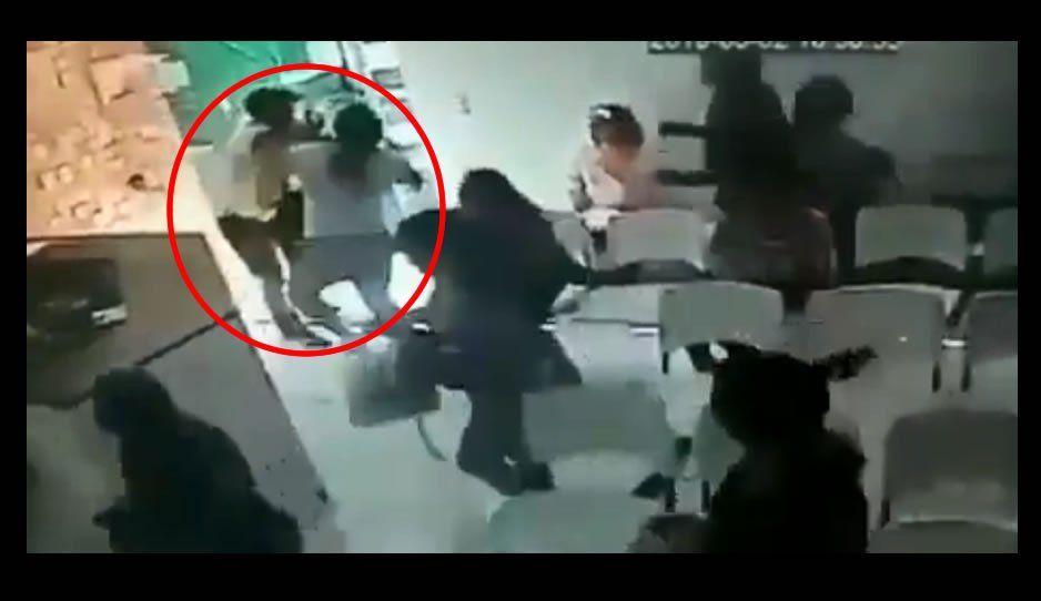 Intentaba asaltar una sala de espera repleta de mujeres y termina siendo brutalmente golpeado (VIDEO)
