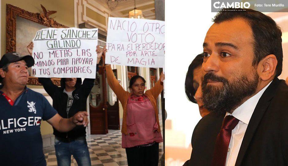 Colonos de San Miguel Espejo se manifiestan durante comparecencia de René Sánchez por resultados de la elección