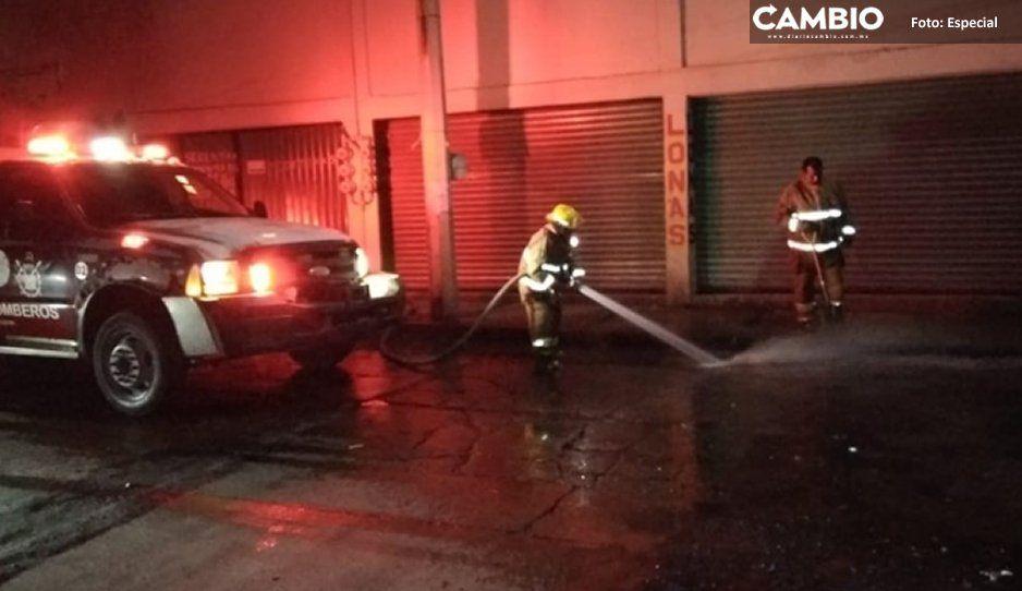 Bomberos de Texmelucan limpian  restos de diésel en Puente Morelos