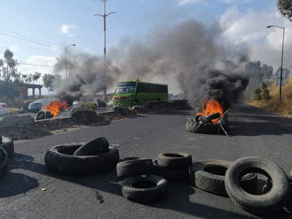 Cierran la federal a Huejotzingo para exigir libertad de 'activista' que incendió patrullas