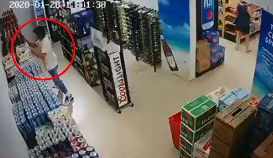 Hombre intenta salvar las cervezas tras sismo de 7.7 (VIDEO)
