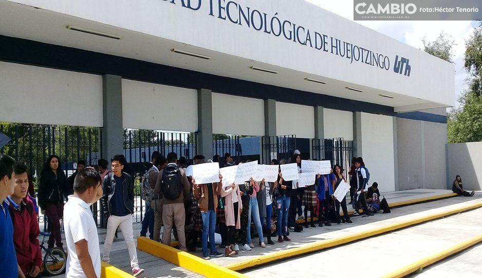 Por cierre de bachillerato antorchistas y estudiantes se manifiestan afuera de la UTH