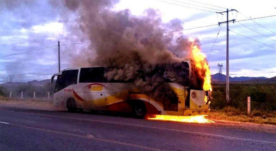Arde en llamas autobús ARD con todo y pasajeros