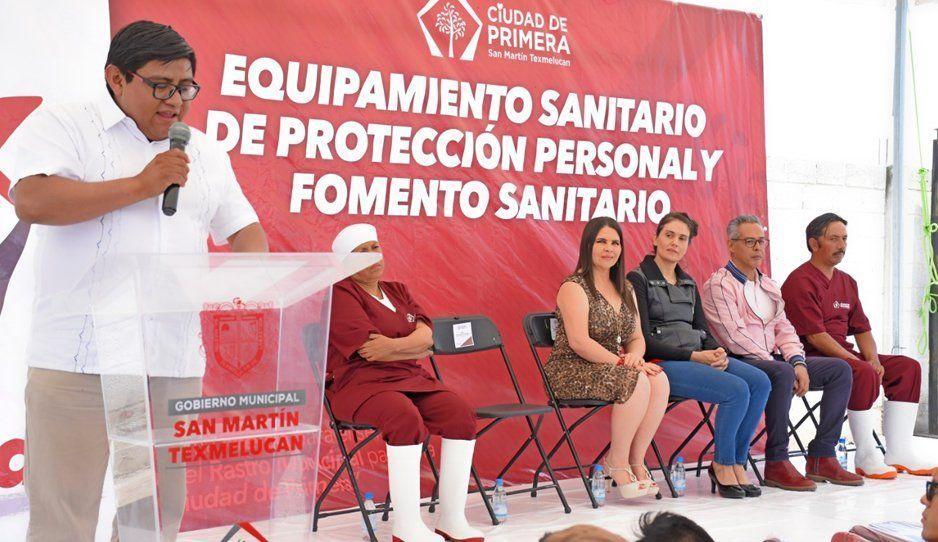 Norma Layón entrega equipo y uniformes a trabajadores del rastro municipal de Texmelucan