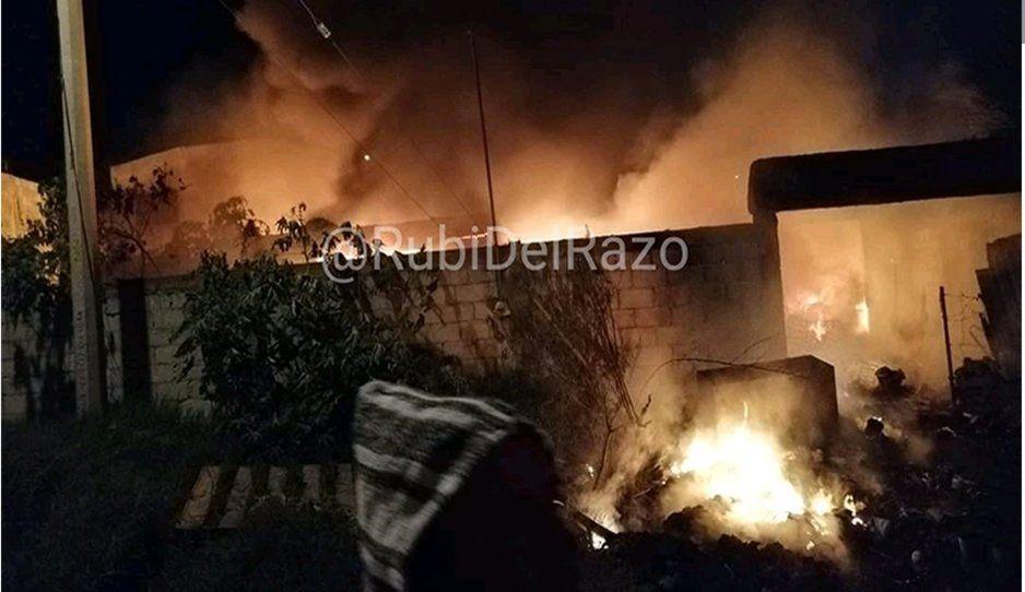 Incendio consume bodega de cartón y pet en Santa Lucía