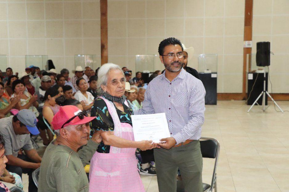 Ayuntamiento de Izúcar y CONAVI entregan apoyos a damnificados del sismo del 19 de septiembre