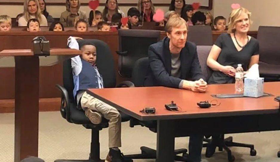 A que cosa tan hermosa: Niño invita a todos sus compañeritos a su audiencia de adopción (FOTOS)