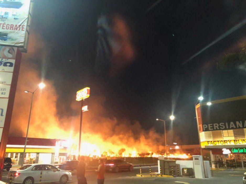 Se incendia terreno frente a Chedraui Selecto (VIDEO)