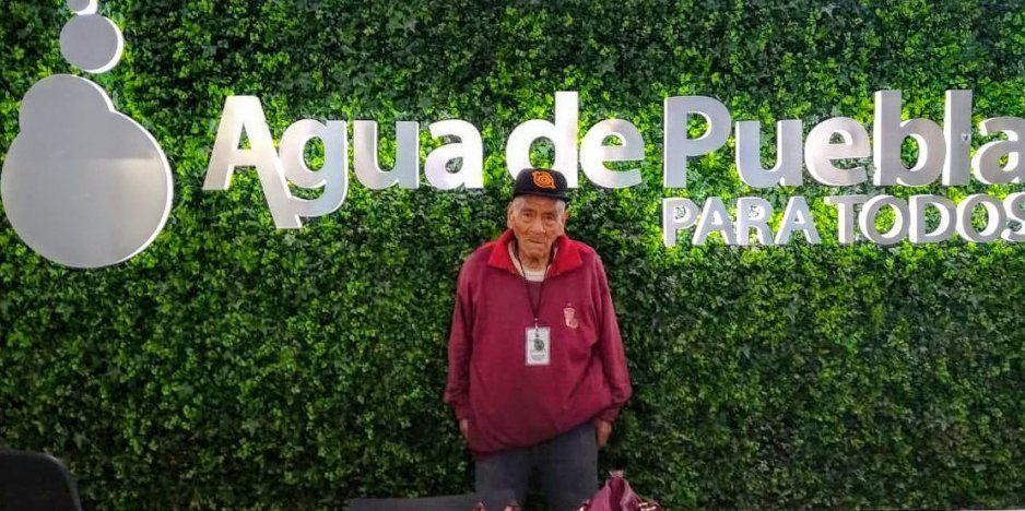 Así realiza Don Felipe su servicio en Agua de Puebla, el alumno más viejito de la BUAP