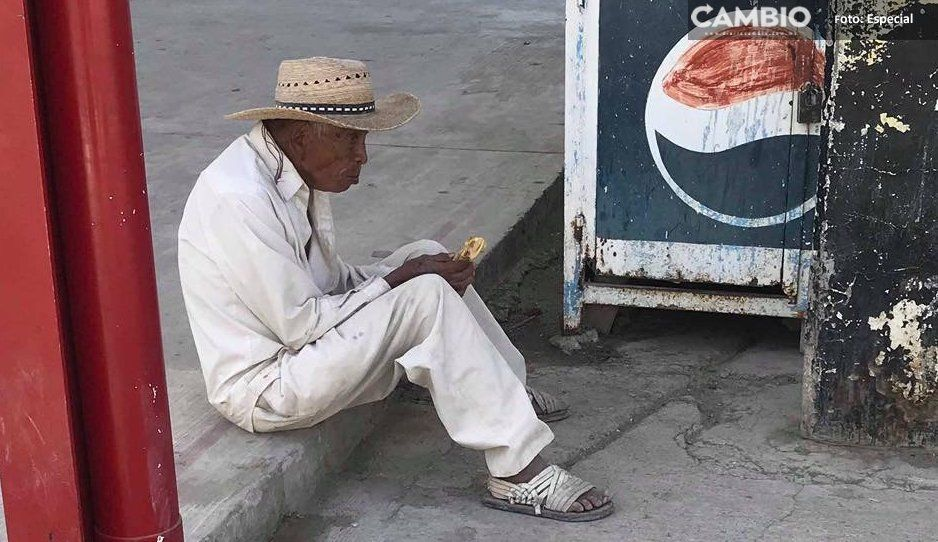 Ante el cierre del comedor, abuelitos buscan comida en basureros en Tepexco