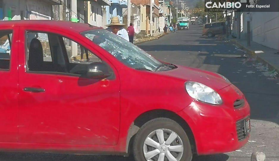 Pobladores de Coyula arremeten vs personal del ayuntamiento y vandalizan vehículo, alegan fraude (FOTOS)