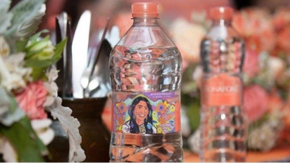 Critican fuertemente a Yalitza Aparicio por promocionar el uso de botellas de plástico
