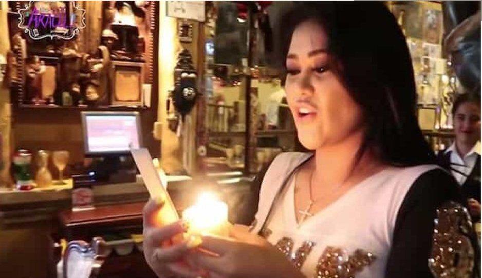 ¡No le ayudan sus operaciones! Gomita desesperada hace brujería para encontrar novio (VIDEO)