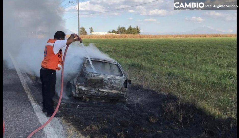 Se incendia automóvil tras falla mecánica en Lara Grajales