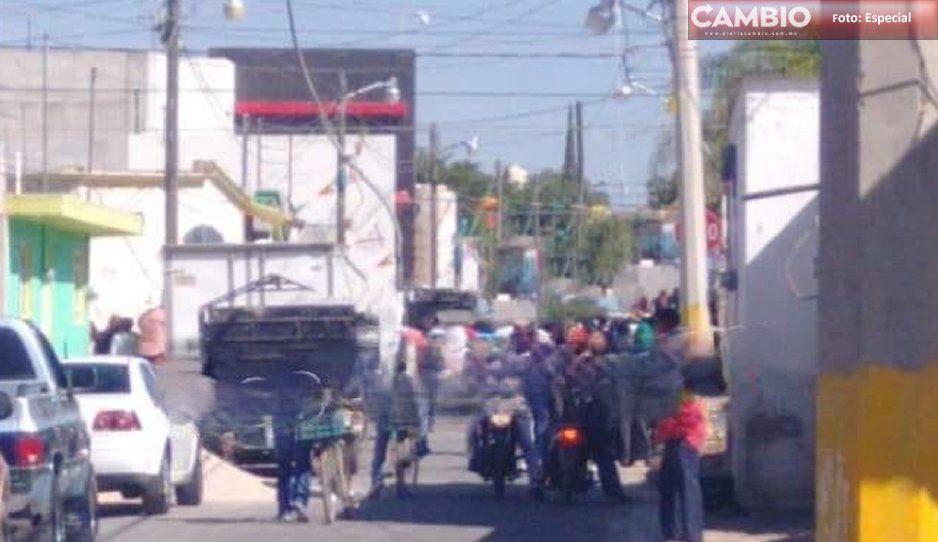 Casi linchan a mujer en Huixcolotla; la acusan de robarse a un menor