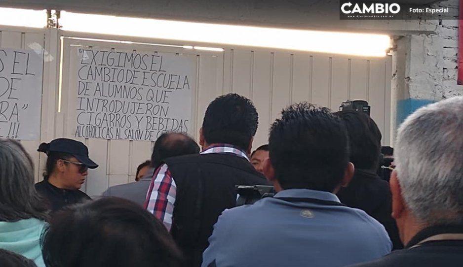 Padres de familia de primaria de Bosques de San Sebastián exigen la expulsión de alumnos que introducen cervezas y navajas
