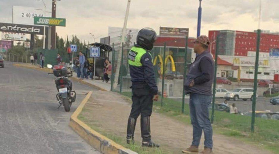 ¡Cuidado automovilista! Policías piratas asaltan en el Periférico Ecológico a la altura del Outlet