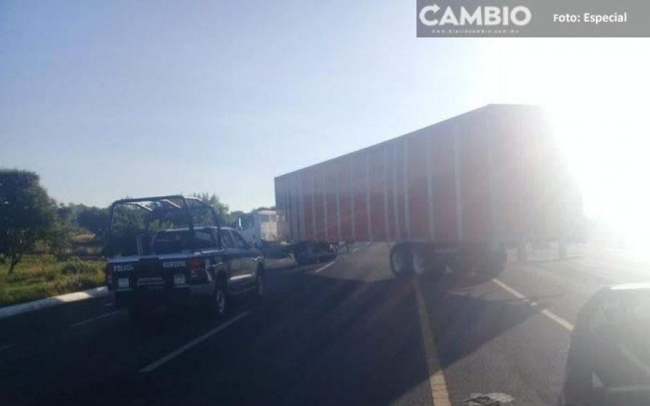 ¡Como de película! Trailero se salva de asalto en la carretera federal vía Xalapa tras embestir a los ladrones