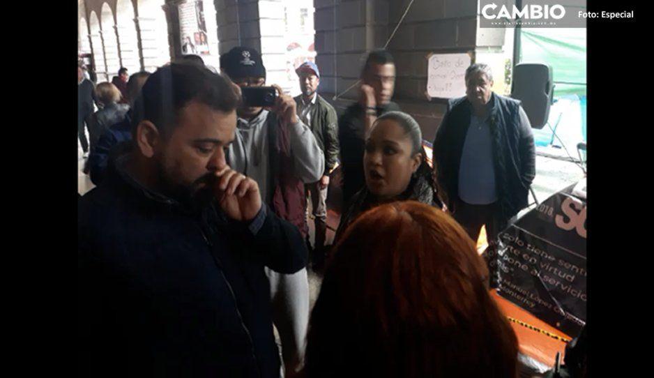 Despedidos del Ayuntamiento encaran a René Sánchez y le exigen su reinstalación (VIDEO)