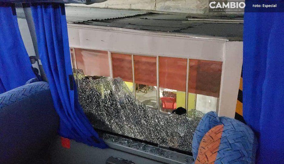 Intentan asaltar a pedradas a autobús de pasajeros en Coxcatlán