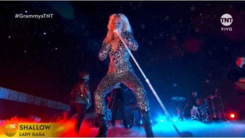 Lady Gaga realiza extraña actuación en los Grammy (VIDEO)