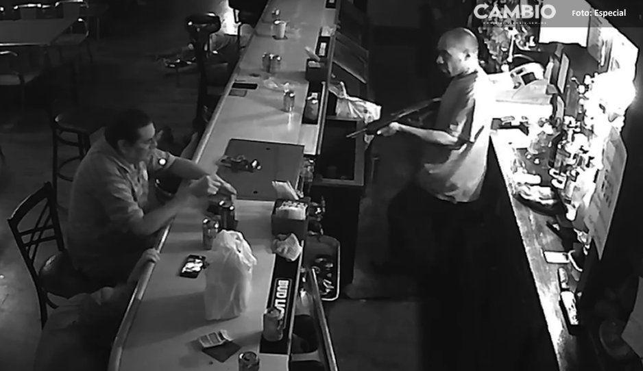 Literal, no se tiró al piso ante la orden… prendió un cigarro y fumó (VIDEO)