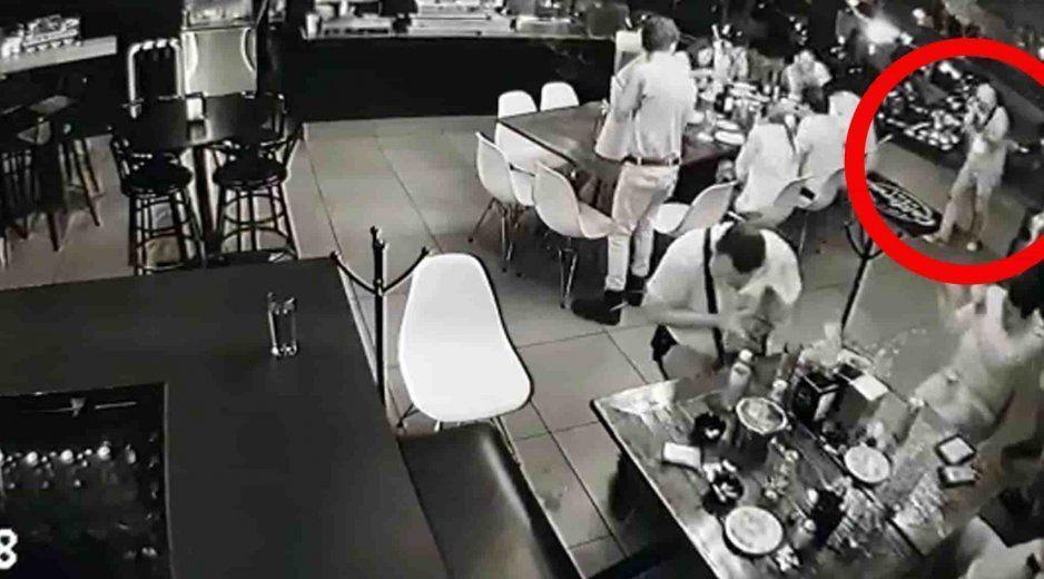VIDEO: En 30 segundos comando armado baleó un restaurante, dejando cuatro muertos