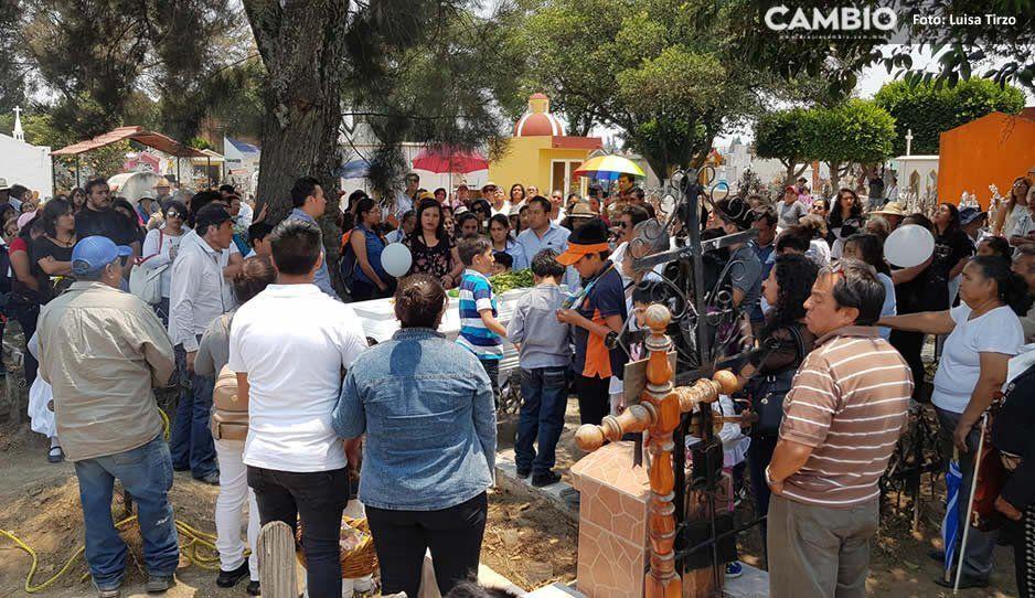 Entre mariachis, porras y aplausos sepultan al pequeño Santi en San Pedro Cholula