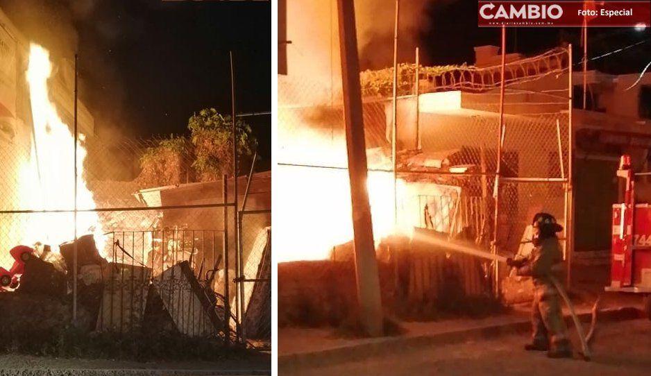 Bomberos tardan más de dos horas en sofocar incendio en bodega de Atlixco