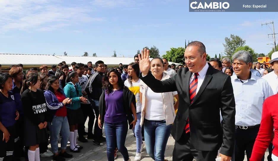 Memo Velázquez cumple con vecinos y alumnos de colonia El León, en Atlixco