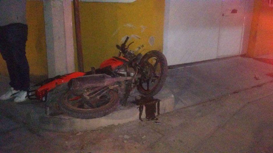 Joven en motocicleta muere al impactarse contra un poste